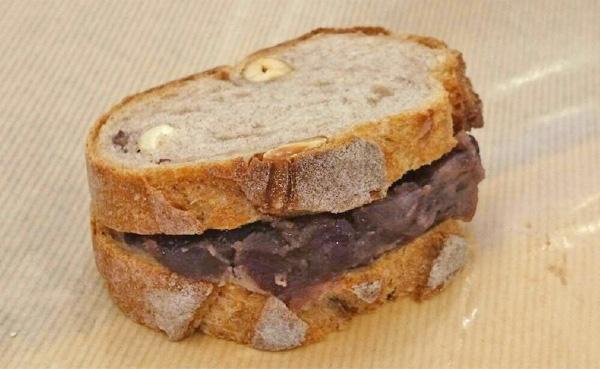 クルミ入りのライ麦パン