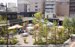 JR草津駅東口前の商業施設ニワタスのガーデン空間